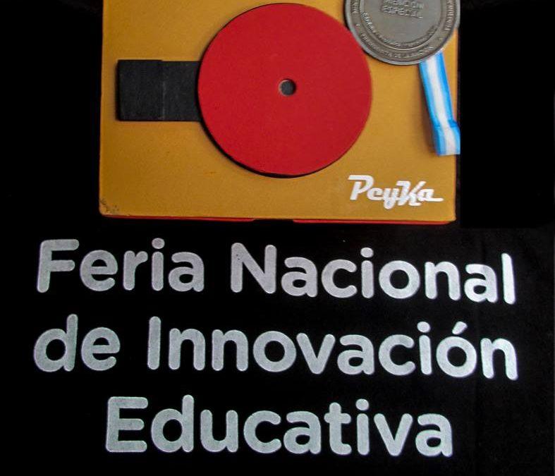 Peyka en la Feria Nacional de Ciencias: Aplauso, medalla y beso
